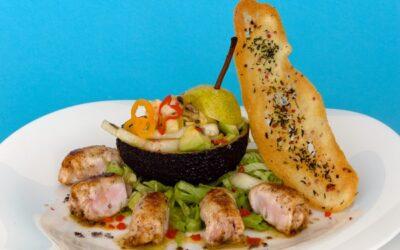 Avocadosalat mit Birnen und Kaninchenfilets-Röllchen