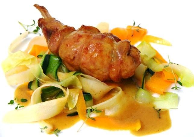 Chüngel-Gigolette an Senfsauce mit Gemüse-Nudeln